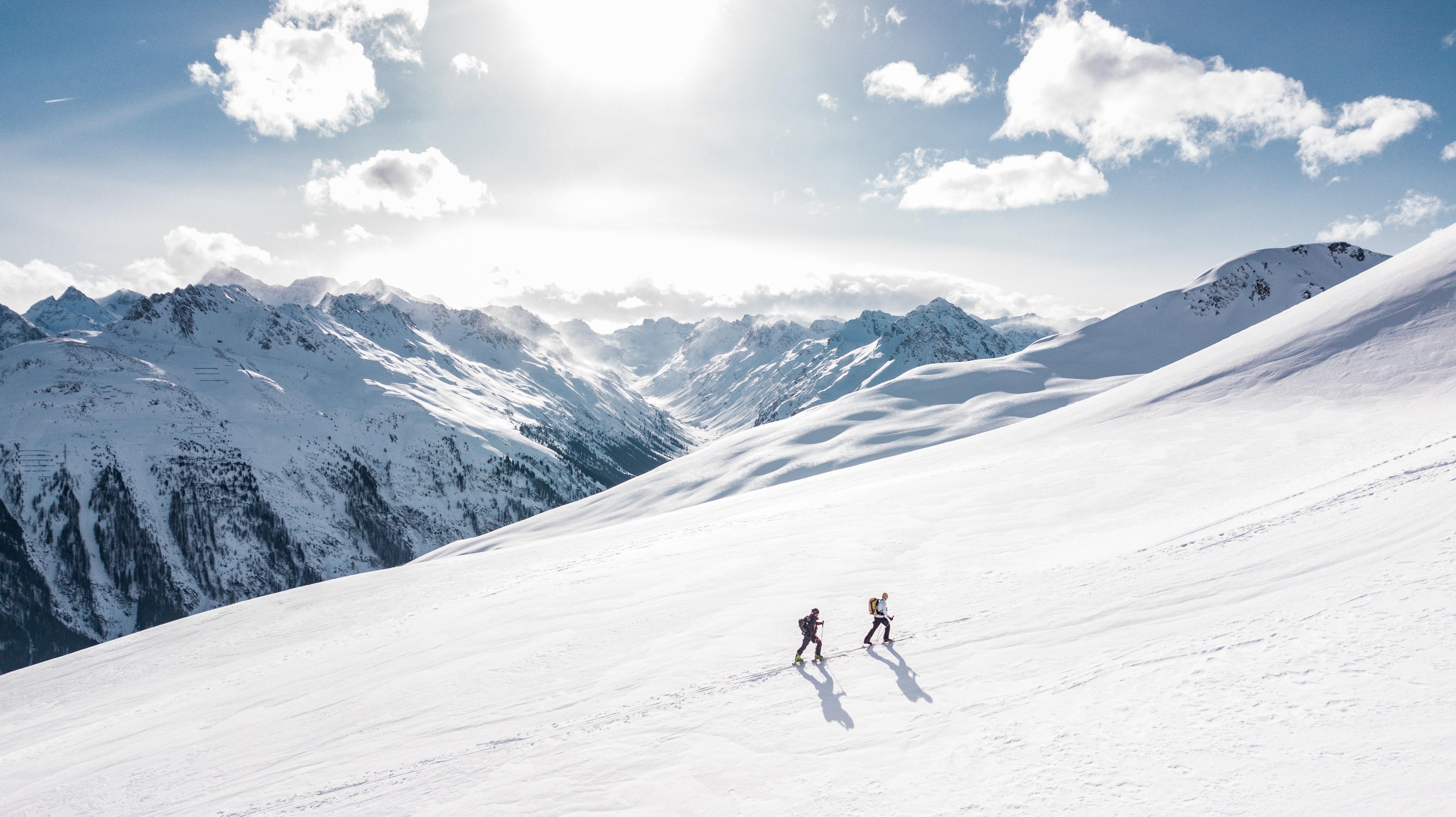 To personer bestiger et fjell