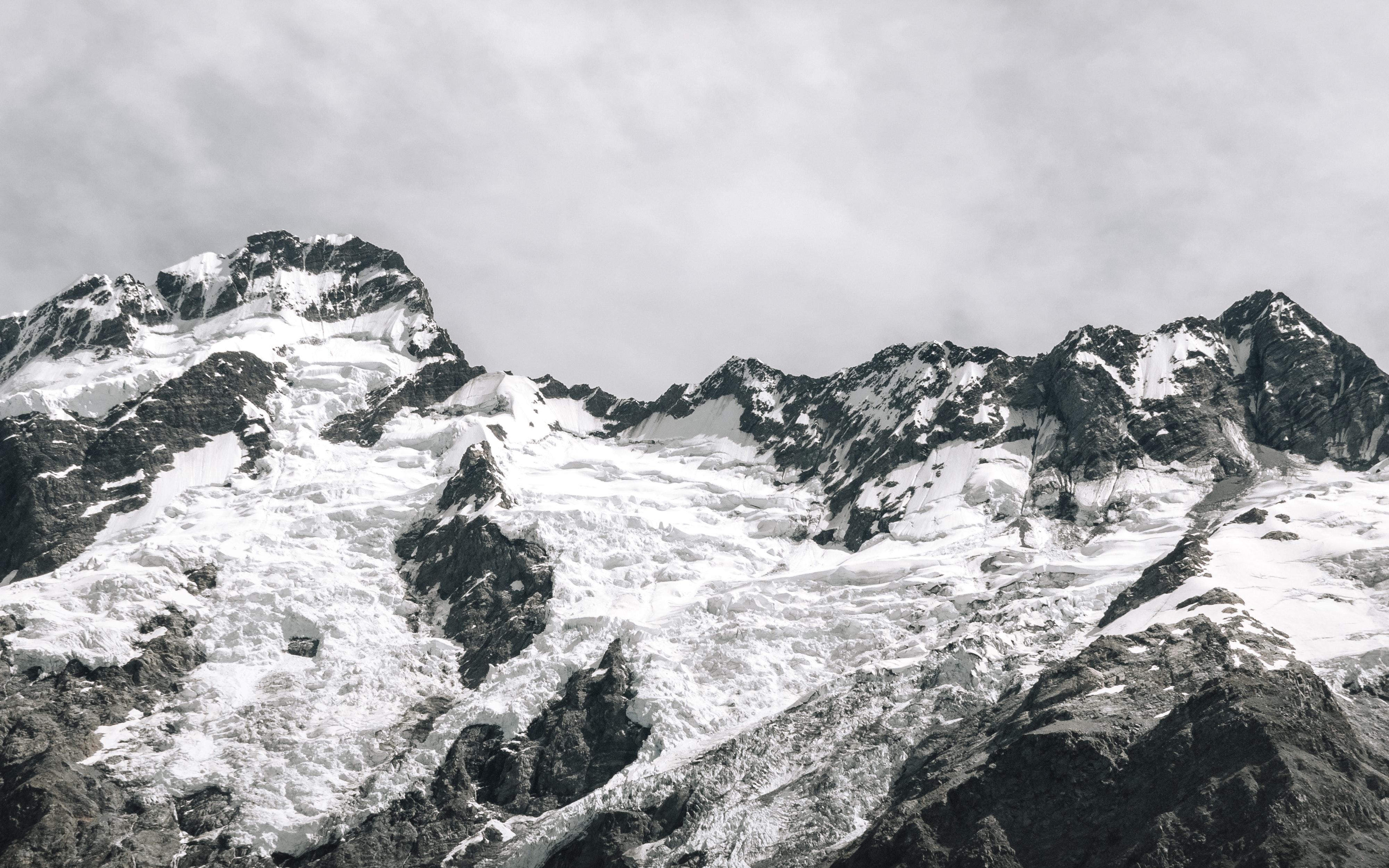 Fjelltopper dekket av snø